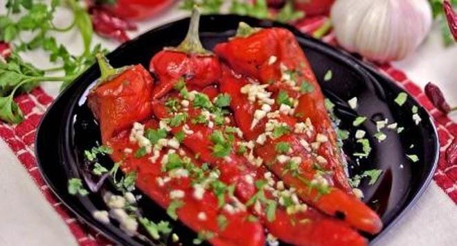Slikovni rezultat za salata od pecenih crvenih paprika